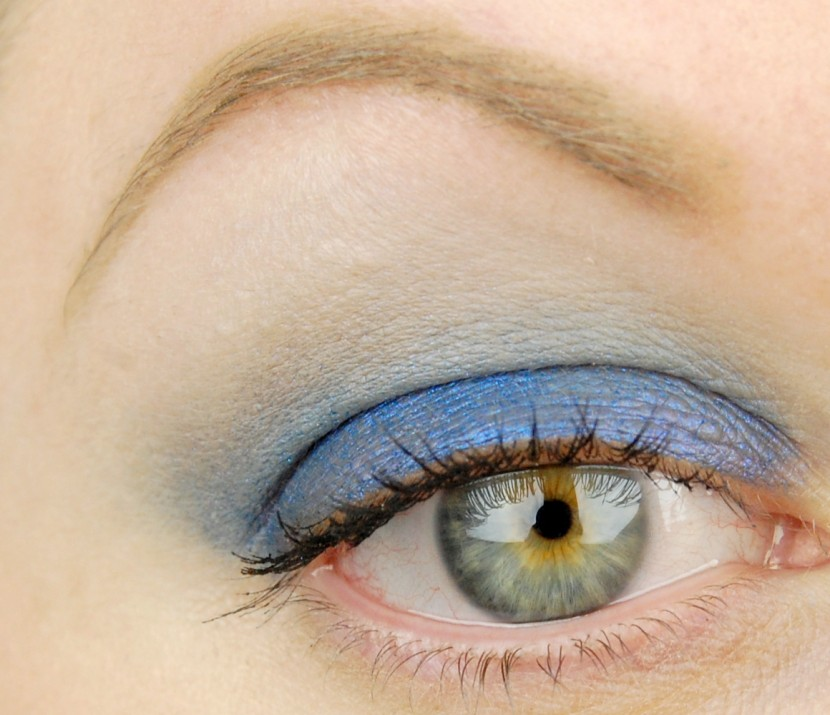 MAC Cosmetics A Novel Romance Switch to Blue Electric Cool Eye Shadow look 1