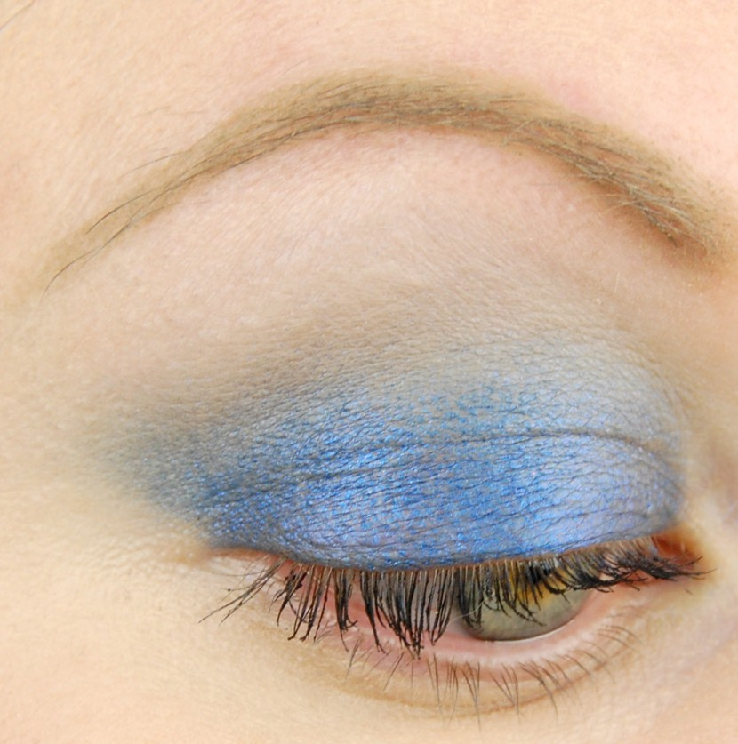 MAC Cosmetics A Novel Romance Switch to Blue Electric Cool Eye Shadow look 2